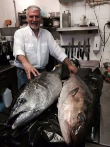 tonno fresco come riconoscerlo: due tonni interi al ristorante Campisi