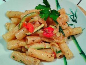rigatoni al patè di bottarga con pistacchio zucchine e pomodorini