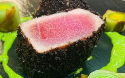 Come cucinare il tonno rosso fresco? Con olive nere, bagnet verde e porri arrostiti: idee e ricette dal nuovo menu Campisi