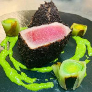 tonno rosso, olive nere, bagnet verde e porri arrostiti